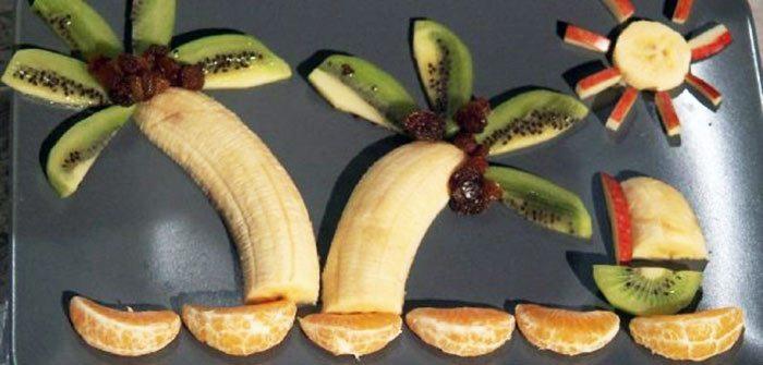 Niños comen fruta
